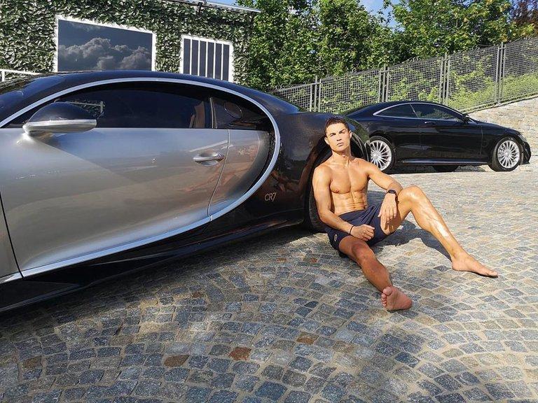 Cristiano Ronaldo tomando el sol sobre su deportivo Bugatti de 8 millones