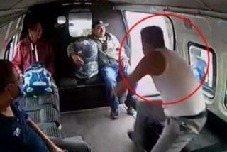 Los pasajeros de la furgoneta dan una tremenda paliza al atracador: desnudo, llorando y noqueado