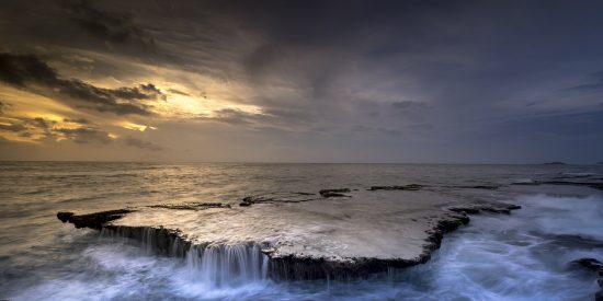 La asombrosa hazaña de un niño arrastrado por la marea que sobrevivió gracias a los consejos que vio en un programa de televisión