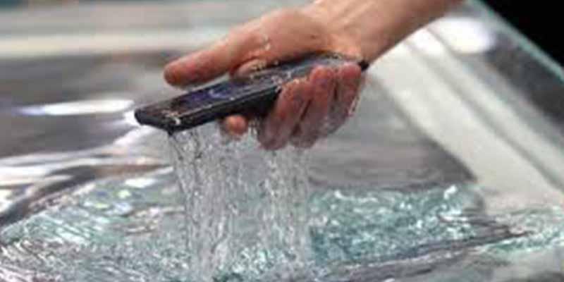 Cinco consejos: qué hacer si el teléfono móvil se ha mojado