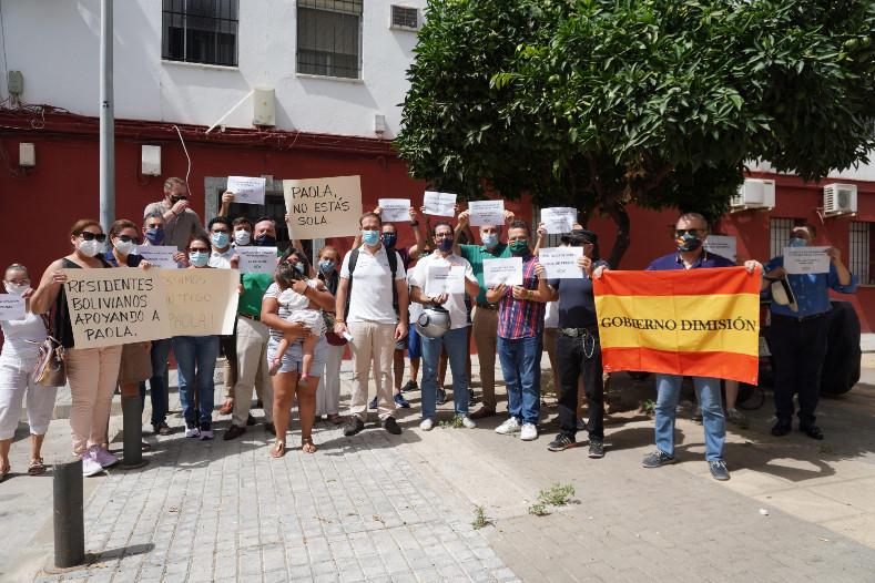 VOX Sevilla acude en apoyo a la familia amenazada y expulsada de su propia casa por okupas en el barrio de El Tardón
