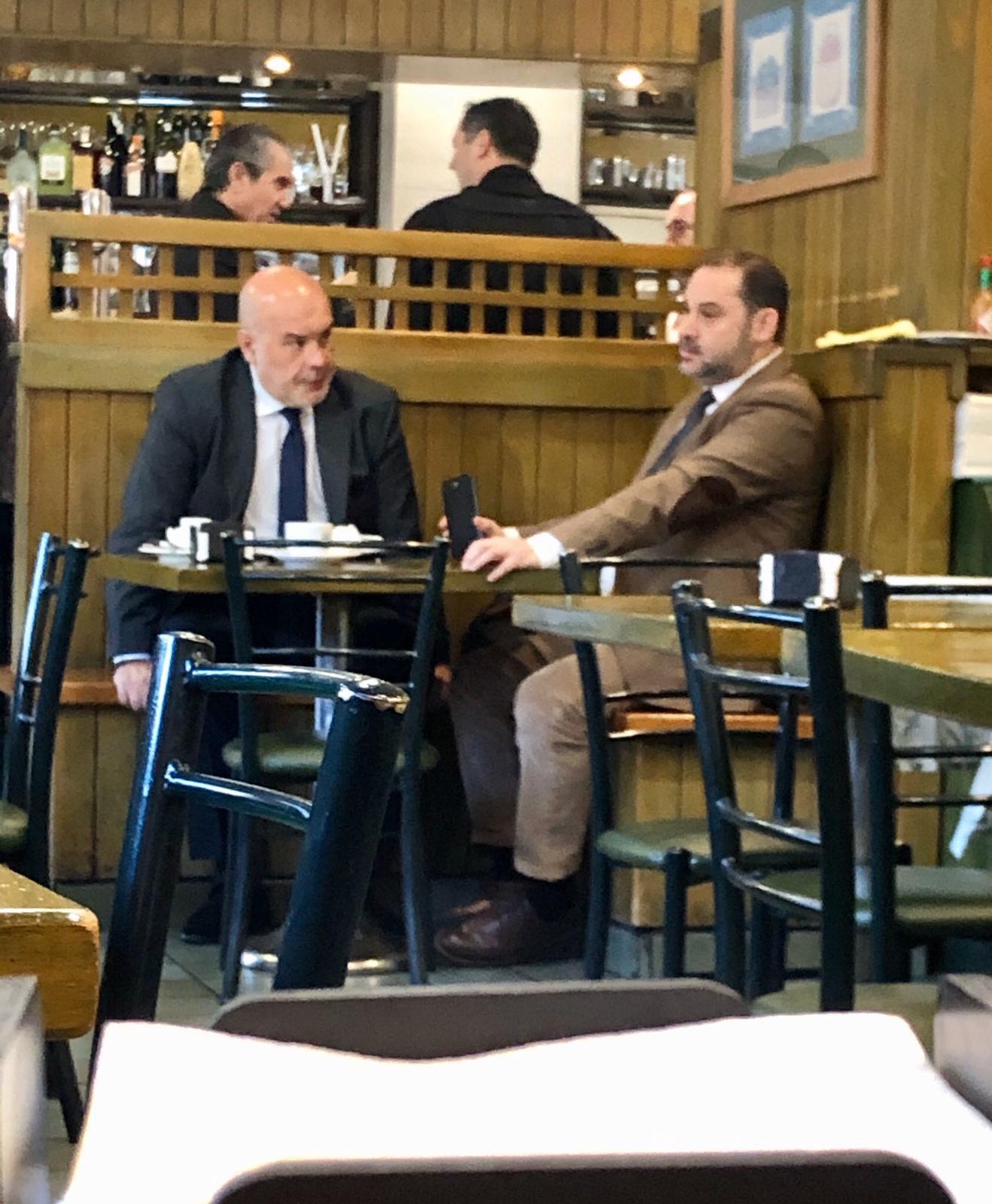 Nuevo escándalo con fotos: ¿el socialista Ábalos reunido con un abogado de peligrosos narcos?
