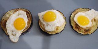 Deliciosa receta de berenjena con queso de cabra y huevos de codorniz
