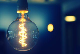 Si cuando hablas, parpadean las bombillas de tu casa, puede que haya alguien espiándote