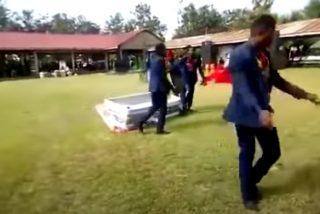 Brutal: ¡Y el cadáver se salió del ataúd...!