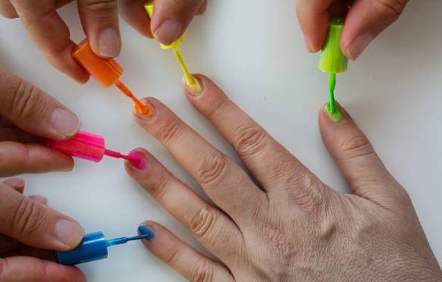 Mejores esmaltes de uñas neón