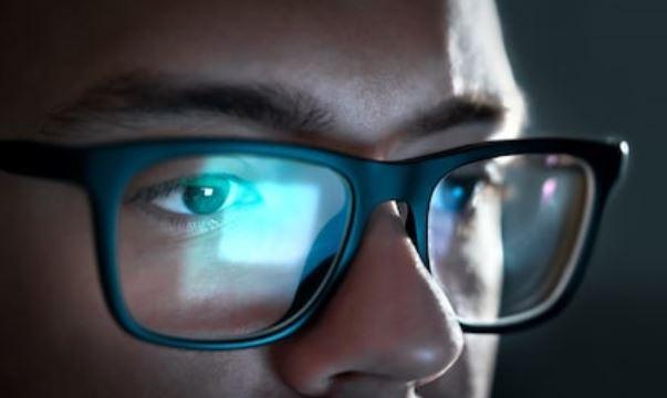 Usa gafas para evitar la luz azul