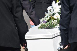 Durante el funeral de su padre encuentra el cuerpo de un desconocido en el ataúd vistiendo su ropa