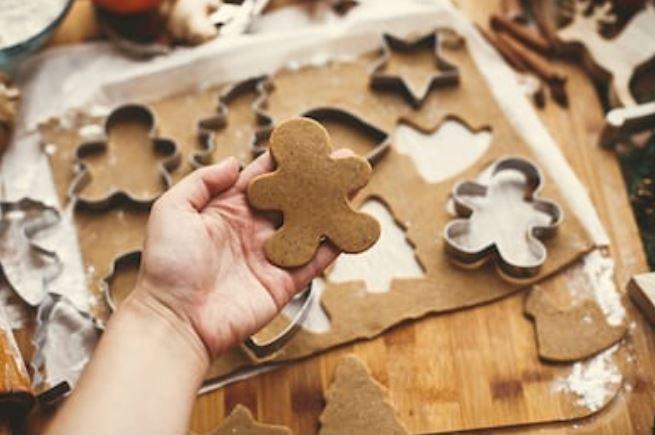 cortar masa de galleta con moldes