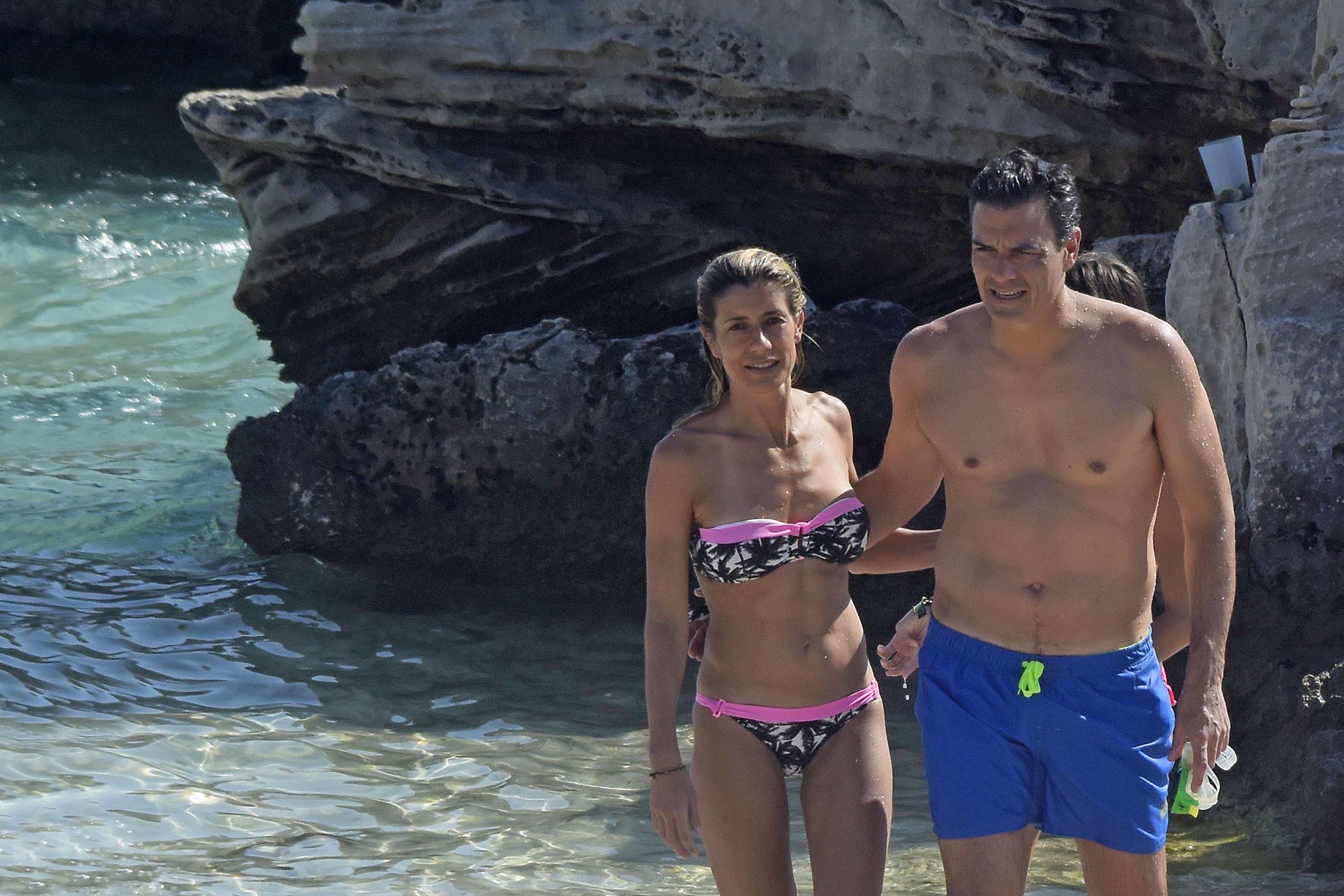 COPE ridiculiza a Pedro Sánchez aireando lo que hace cada mañana en vacaciones y dinamita Moncloa