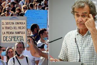 La manifestación de negacionistas en Colón deja para el arrastre a Fernando Simón... ¡por pedir lo mismo que pidió él!