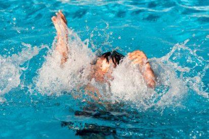 Un niño casi muere succionado por la depuradora de una piscina en Madrid