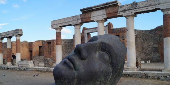 Se subeal techo de las termas centrales de Pompeya para hacerse un selfi y desata indignación
