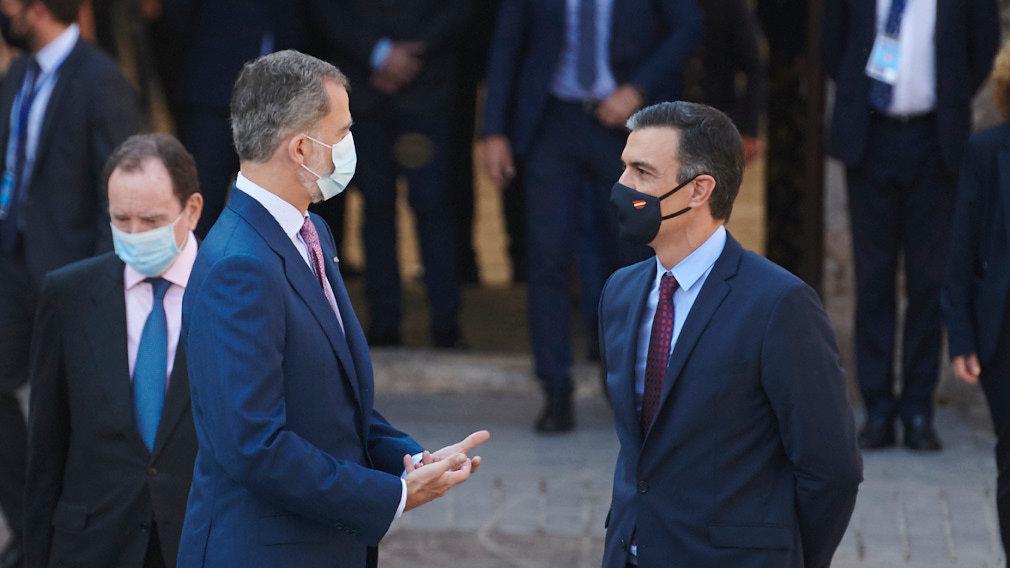 Moncloa estalla: El Rey Felipe 'denuncia' las inmorales y millonarias vacaciones de Pedro Sánchez