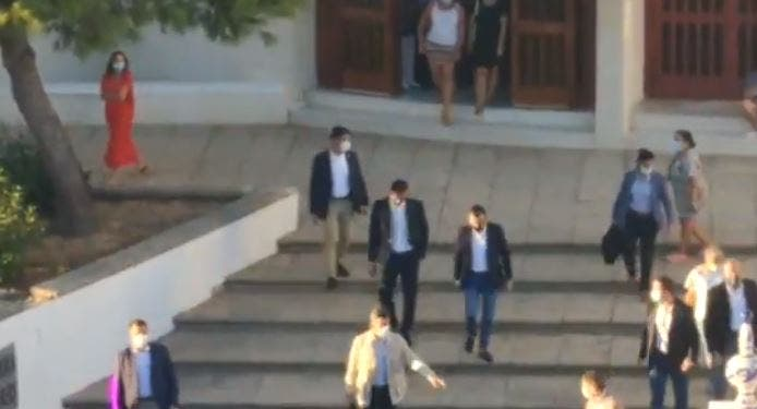 ¡Asesino, traidor!: Sánchez 'huye' de una iglesia en Huelva increpado a gritos por vecinos indignados