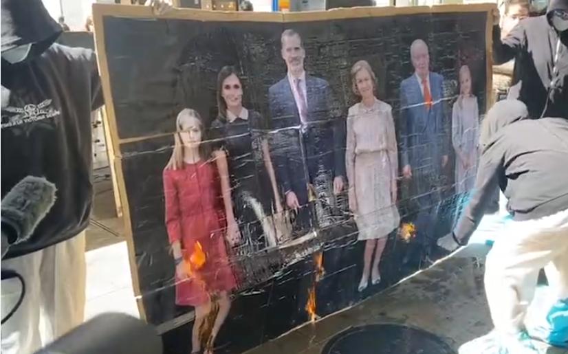 Jóvenes violentos de la CUP queman el retrato de la Familia Real ante el silencio cómplice de Podemos