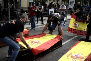 Policía y Guardia Civil plantan ataúdes frente al Congreso por el mezquino pésame de Sánchez a ETA