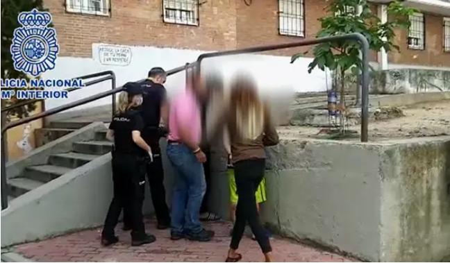 Tres jóvenes, detenidos por apuñalar a un hombre que les recriminó no usar la mascarilla