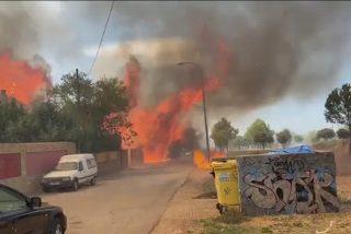 El incendio que arrasó dos chalés y calcinó 11 coches en Eurovillas fue provocado por los okupas