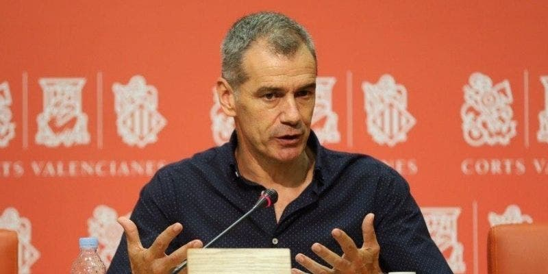 Toni Cantó se quita el traje de político para ponerse el bañador y salvar a tres jóvenes en una playa de Castellón