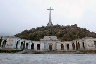 El Gobierno expulsa a los benedictinos del Valle de los Caídos y lo convierte en un cementerio civil