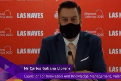Ridículo histórico: un concejal simula hablar inglés en televisión, tapado con la mascarilla y usando la voz de otro