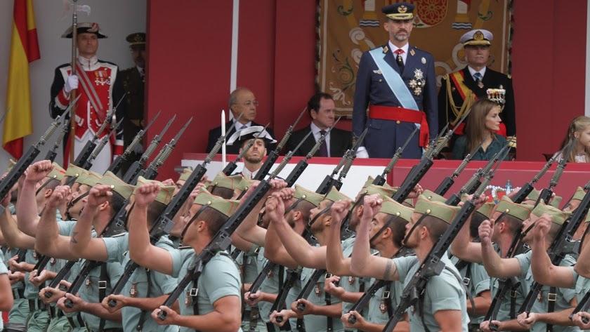 """El Ejército se 'alza' contra los que """"aniquilan"""" la democracia y pone """"su vida"""" a disposición del Rey Felipe"""