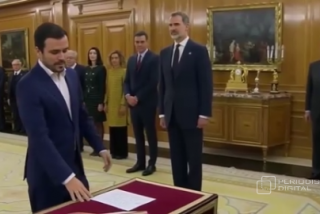 Los 20 segundos que perseguirán de por vida a Alberto Garzón: así se humilló el comunista antimonárquico ante Felipe VI