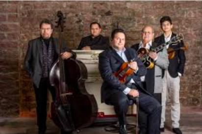 Orquesta gitana de Romeo Franz. Con su violín en el centro