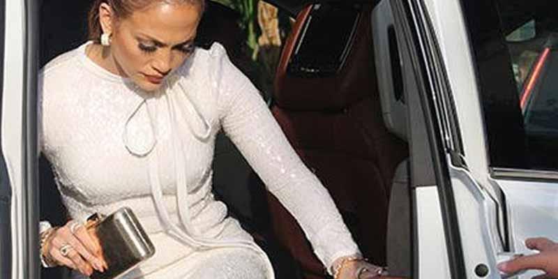 Jennifer Lopez deja ver el 'más allá' cuando un fuerte viento levanta su falda