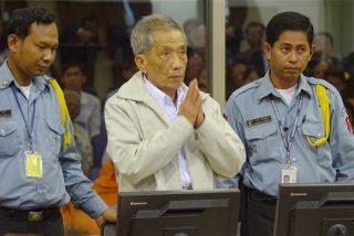 Muere el torturador de Camboya: un exjefe de prisiones acusado de destruir la vida de 12.000 personas