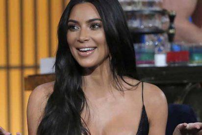 Pillan a Kim Kardashian en un micro bikini blanco y de rodillas