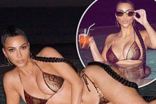 Kim Kardashian reanuda la vida sin Kanye y posa sexy en un baño nocturno con bikini piel de serpiente