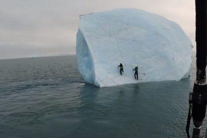 El momento en que el iceberg se vuelca con dos aventureros encima