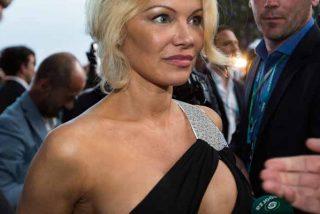 """Pamela Anderson escenifica su más reciente mensaje en ropa interior: """"Cuidado con lo que deseas"""""""