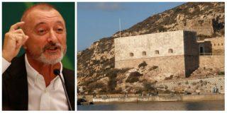 Pérez-Reverte 'cañonea' a quienes han quitado la bandera de España de una fortaleza marítima en Cartagena