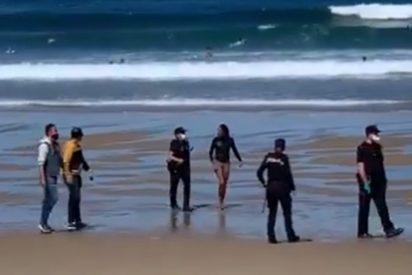 La caradura surfista con Covid-19 arrestada en la playa había llevado a su hijo al colegio horas antes
