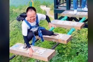 Turista miedoso entra en pánico al intentar cruzar un puente colgante