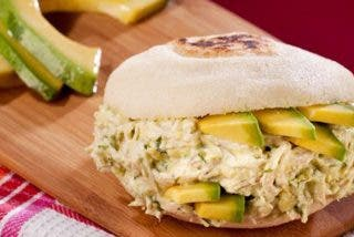 Arepa 'Reina pepiada': receta típica venezolana con un riquísimo relleno de pollo y aguacate