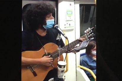 Vea al músico cubano que arrasa en el metro de Madrid con una canción contra Sánchez y el Coletas