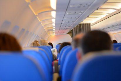 Un jeta insolidario de altos vuelos: Un pasajero británico tarda cuatro horas en comerse sus patatas para no ponerse la mascarilla