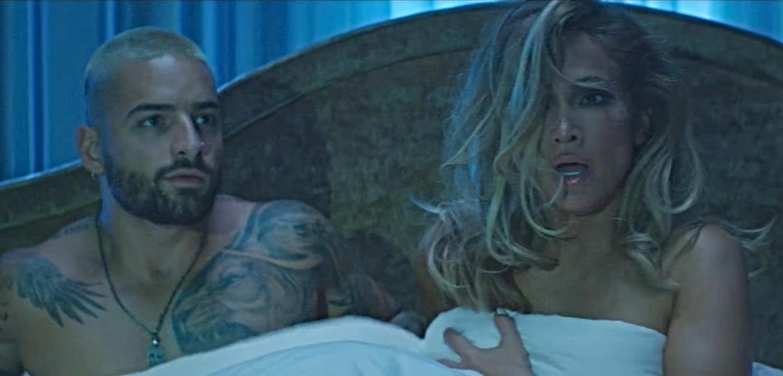 'Pillan' a Jennifer López y Maluma jugueteando en la cama