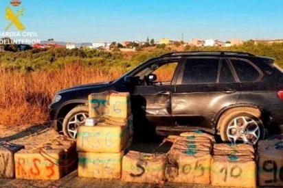 Un coche de 'narcos' cargado con 700 kilos de hachís embiste y hiere a tres guardias civiles en Gibraltar