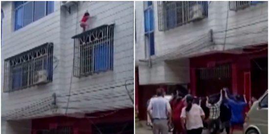 El momento en el que una niña cae por la ventana de un edificio y es atrapada al vuelo