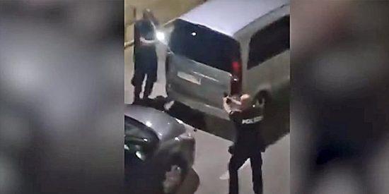 Un policía dispara al aire al verse acorralado por jóvenes que se negaban a llevar mascarilla