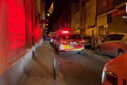 Una 'reyerta a navajazos' en plena calle en Carabanchel deja a dos hombres heridos, uno de ellos grave