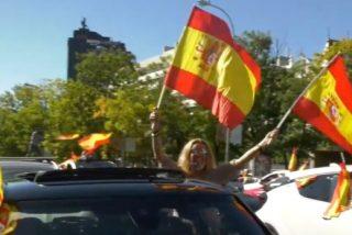 Miles de españoles se lanzan a la calle a celebrar el Día de la Hispanidad al grito de ¡Viva España! y ¡Sánchez dimisión!