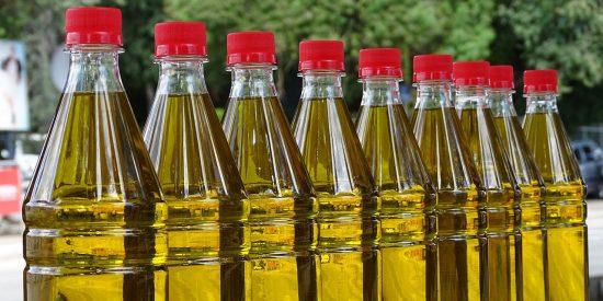 Aceite de oliva: ¿sabías que siempre lo has hecho fatal con el tapón de la botella?