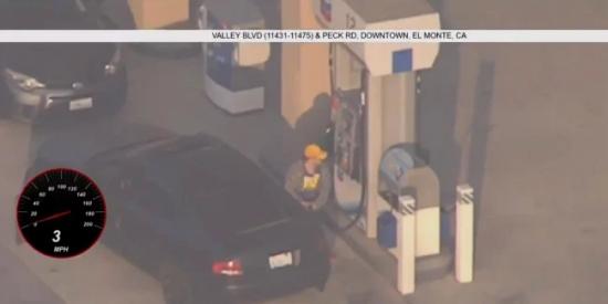 Insólito: Un prófugo se detiene en una gasolinera para llenar el tanque durante una persecución policial