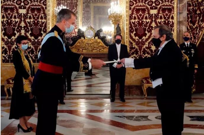 González Laya llega tarde y Felipe VI comienza con los nuevos embajadores sin esperarle